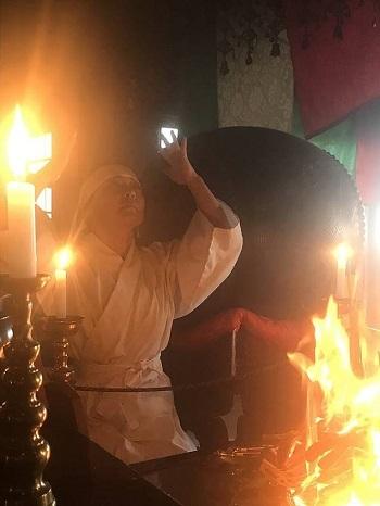 不動明王様のパワーを取り込む護摩修行者