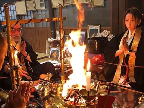 護摩祈祷中の当山女性僧侶「虹橋ひかる」